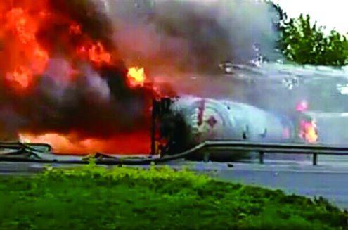 济南一罐车与轿车相撞 22吨液化气外泄着火