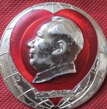心形背有忠字的毛主席像章