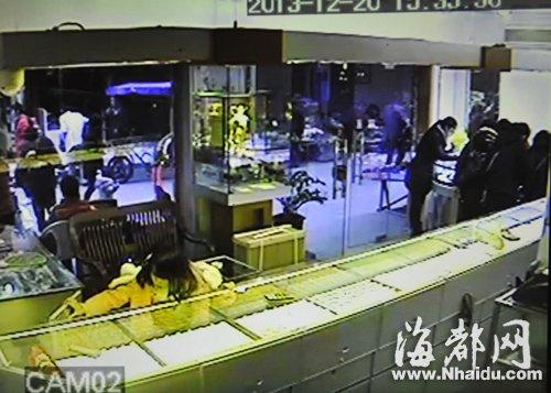 福州4女子掩护女童盗窃 金店被偷走5万元黄金手链