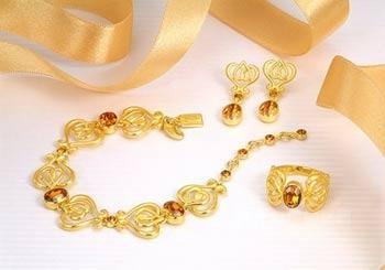 国际品牌的玫瑰金首饰吸引了更多年轻有资一族