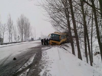 车遇大雪封路 父母送行扫雪30里图片