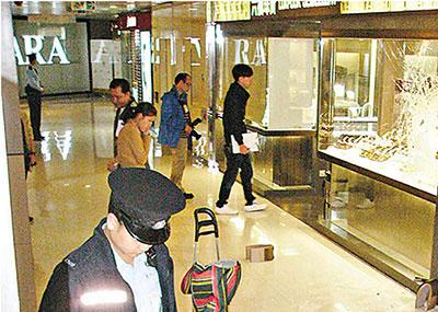 香港六福金店抢劫案 快闪铁锤党1分钟劫走28万金饰