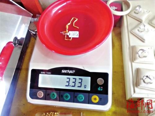 黄金首饰标签价值十几元 称重时谨记卸下标签
