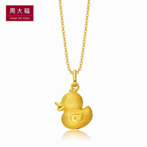 周大福网络学院_周大福机灵趣致小鸭精致黄金吊坠图片_珠宝图片
