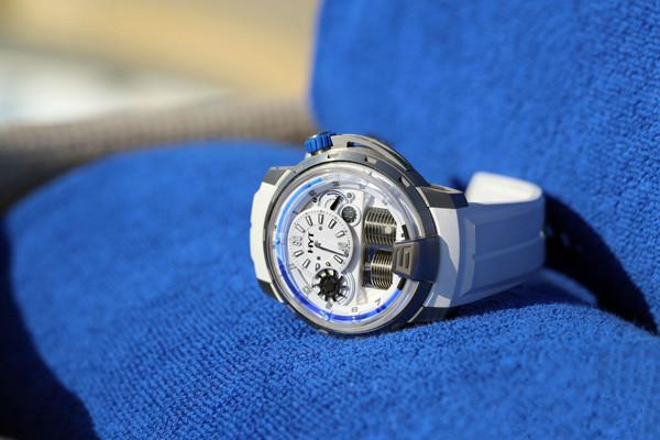 HYT 今夏将推出备蓝色液态显示的「H1 Iceberg」腕表
