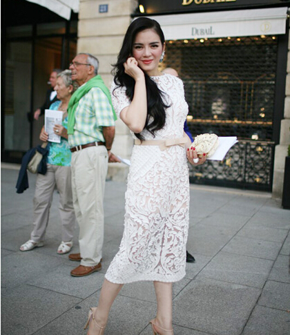 欧美时尚街拍的夏日优雅范 蕾丝连衣裙免去搭配烦恼