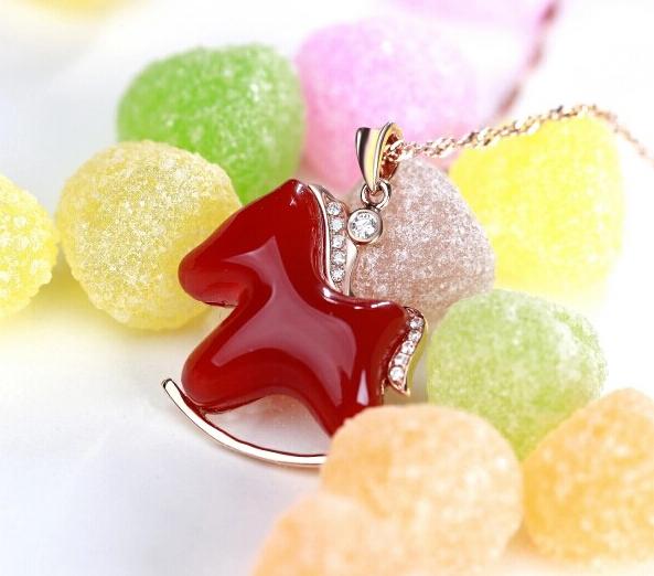 珂兰钻石金镶钻石天然红玛瑙幸福木马项链图片_珠宝图片