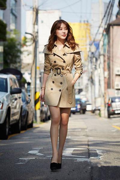 搭配要点:浅棕色双排纽扣系带风衣+黑色高跟鞋+金色