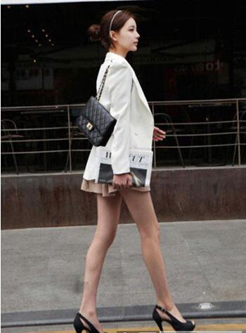 白色的小西装搭配卡其色小短裙