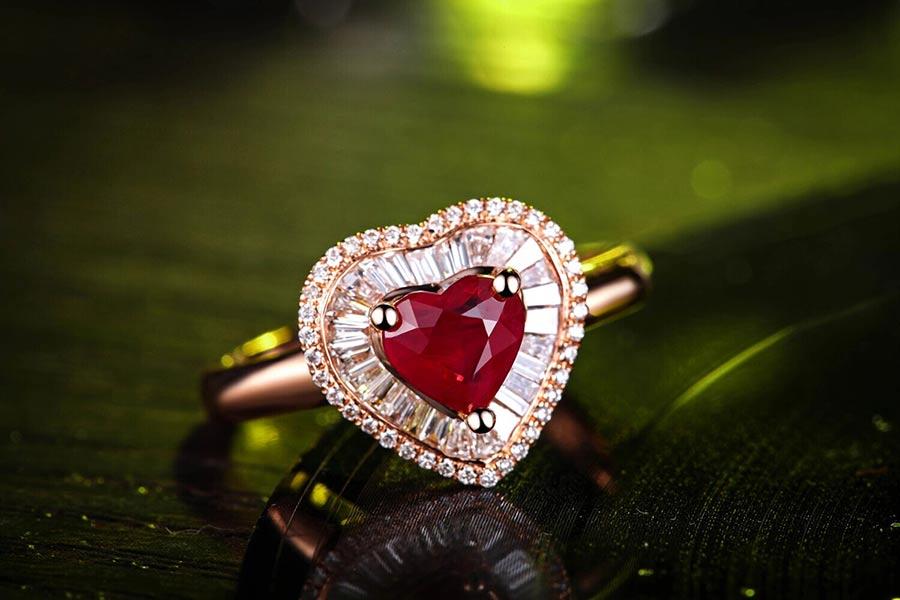 佐卡伊珠宝1.02克拉红宝石镶嵌钻石戒指图片_珠宝图片