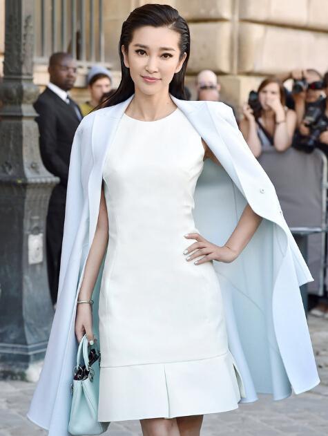 李冰冰白裙优雅助阵巴黎时装周Dior大秀