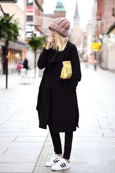 黑色毛线帽 黑色打底衫 黑色小脚裤 米色绑带呢大衣 黑色运动鞋 黑色图片