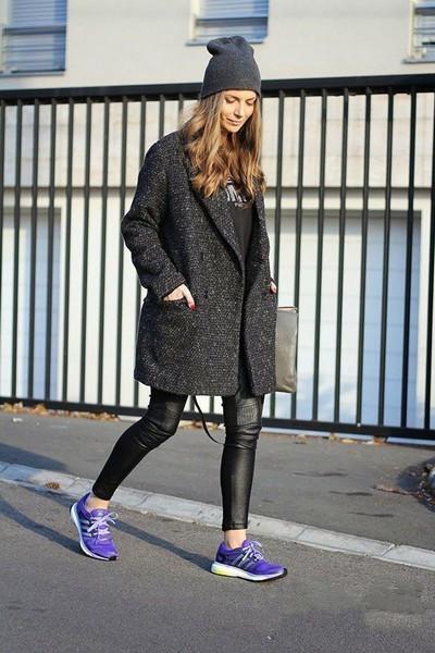 搭配要点:黑色打底衫 黑色紧身裤 黑色毛呢大衣 白色运动鞋 咖啡色图片