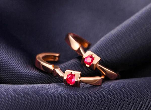 佐卡伊18K玫瑰金红宝石倾心耳环图片_珠宝图片