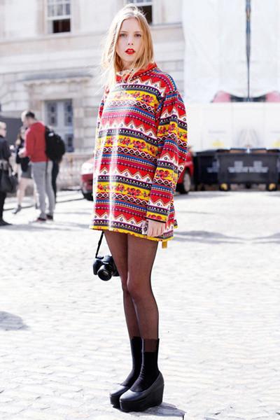减龄连帽卫衣街拍示范 不止装嫩这么简单