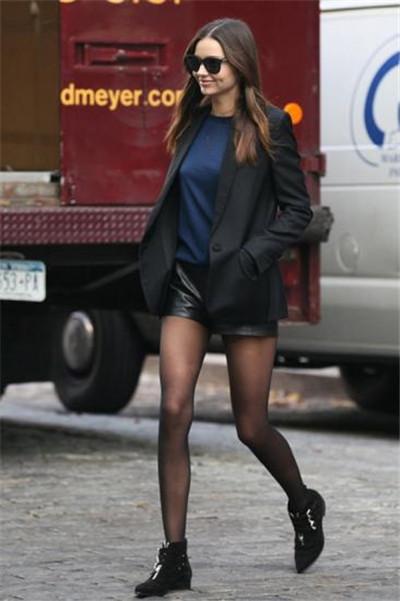 Miranda Kerr穿衣搭配秋装示范 踝靴搭短裤长腿立现