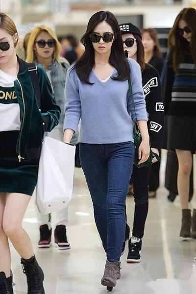 少女时代机场街拍换新装 毛衣成搭配主打单品