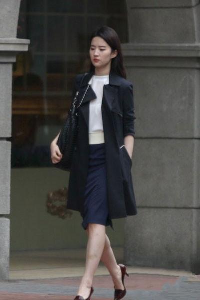 白色上衣配深蓝色铅笔裙
