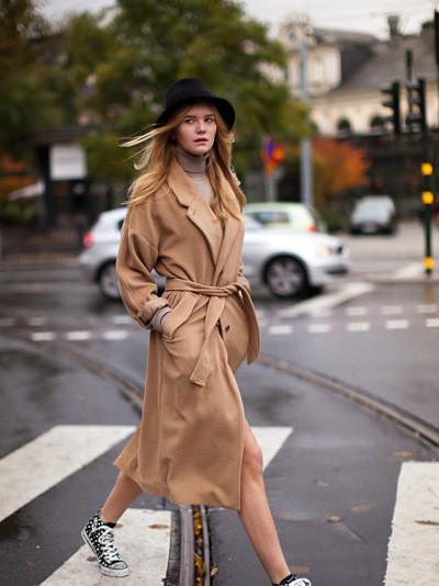 欧美穿衣搭配街拍示范 大衣搭配运动鞋秋装玩混搭图片