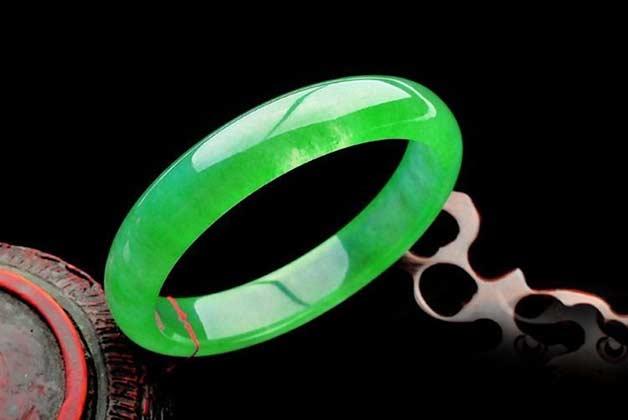 满绿翡翠手镯选购方法_影响满绿翡翠手镯价格的因素_满绿翡翠手镯价格