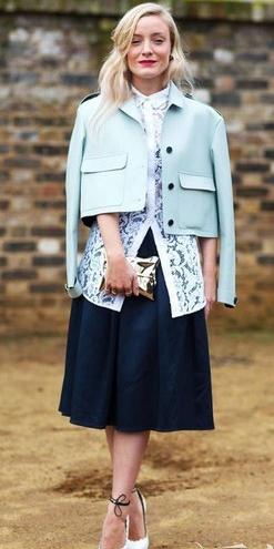 外套+深蓝色伞裙+白色