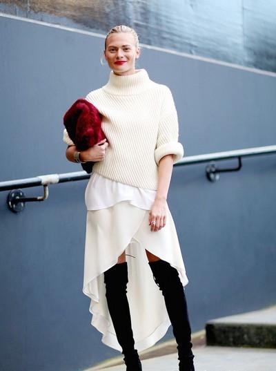 秋冬穿衣搭配技巧示范 连衣裙+过膝靴修腿型显腿长