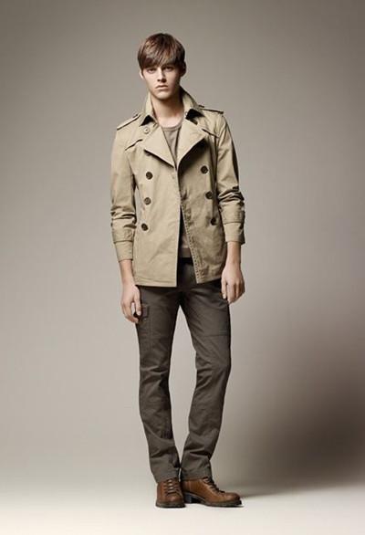 配2:   卡其色风衣外套,休闲款式,内搭蓝色衬衫,下搭深棕色西