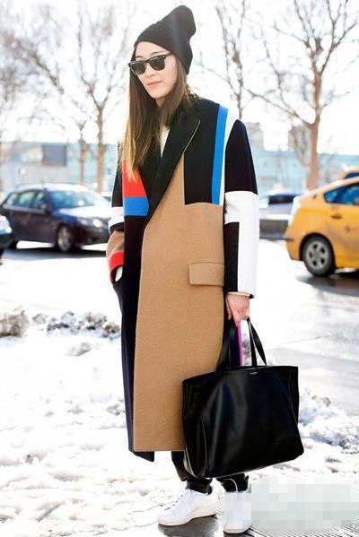 大衣搭配运动鞋 时髦欧美街拍图片