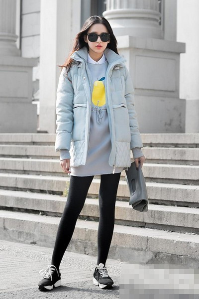 冬季穿衣搭配技巧示范:羽绒服+运动鞋