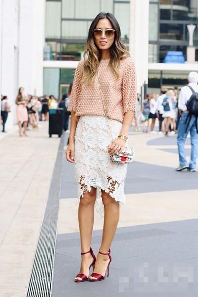 裙搭配_>>>>>>波点透视感的短袖上衣和白色蕾丝裙搭配极具女人味,酒红高跟鞋