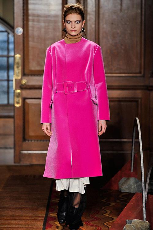 2015秋冬伦敦时装周服装流行趋势:娇俏粉红佳人