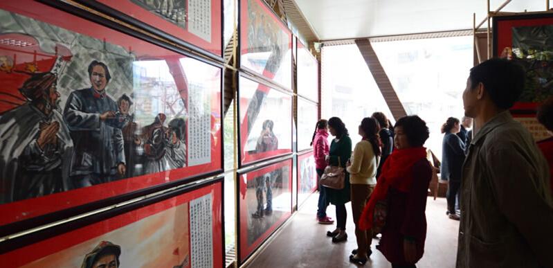 书画作品在人民公园展出.展出的绘画作品由中国现代知名画家