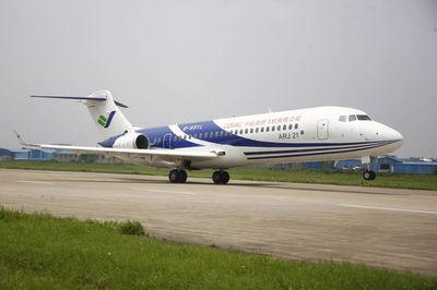 国产飞机ARJ21-700及C919在巴黎航空展得到关注