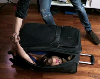 柔术演员技艺惊人 轻松缩进行李箱无压力