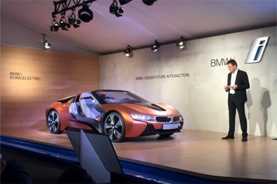 i Vision Future Interaction概念車。這款概念車基于i8敞篷版進行打造,采用了寶馬最新的互聯駕駛技術。 BMW i Vision Future Interaction概念車基于寶馬i8敞篷版設計,車輛會針對當前駕駛模式和周圍環境自動進行調整。駕駛者在自己的智能手機、智能手表或Mobility Mirror上開始行程之前,可以查看車輛電池電量或者提供的路線。之后,這些信息被自動傳輸到這款車的相應菜單、平面地圖顯示器以及全景顯示器上的駕駛者信息中。 BMW i Vision Futur
