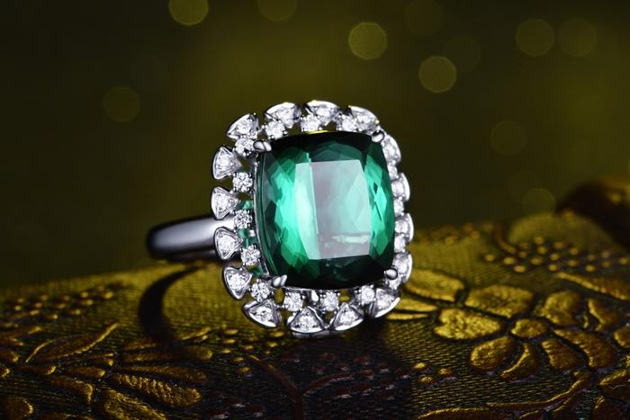 宝石分类: 其他 款式: 耳钉/耳饰 镶嵌材质: 黄金/k黄金镶嵌宝石 品牌图片