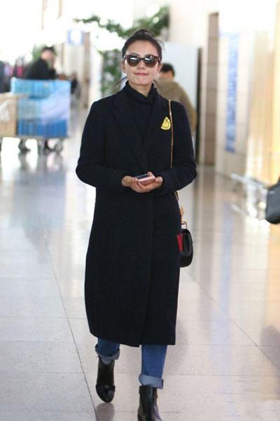 高圆圆穿衣搭配造型示范 黑色外套+牛仔气场十足