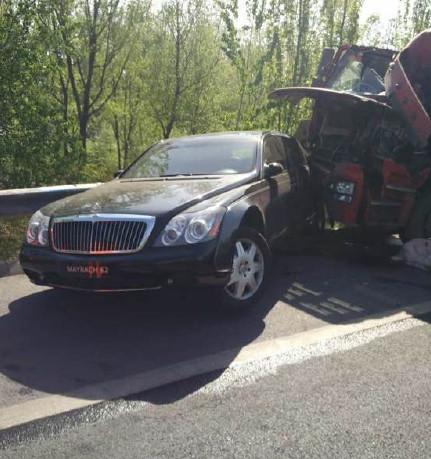 货车撞绝版迈巴赫 你给你的豪车买了汽车险吗?