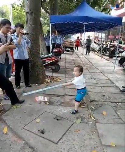 小男孩钢管对抗城管 没有少儿险傍身可不敢这么做