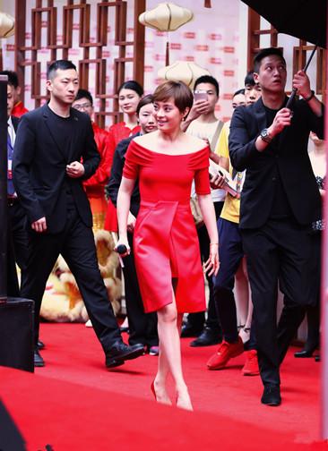 戛纳服装流行趋势示范 大红裙轻松穿出仙女范儿