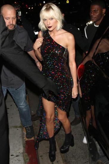 欧美服装流行趋势示范 Taylor Swift最爱粗高跟鞋