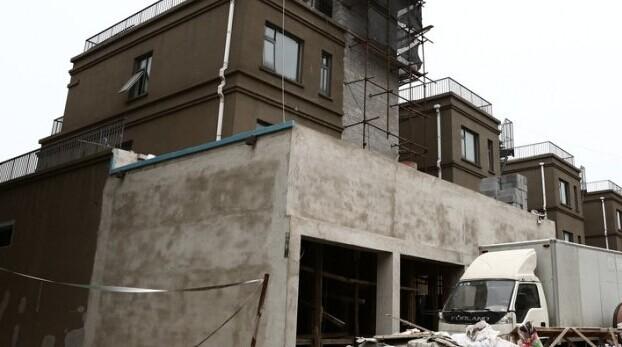 """5月23日,北京市大兴区。""""果岭假日""""的部分业主在2006年购买了该楼盘的房子,十年过去了,开发商仍未交房。据部分业主透露,除了不交房,开发商还涉嫌""""一房两卖""""。据报道,十年前,张大爷以养老为目的在大兴区黄村镇购买了果岭假日(又名果岭华舍)的一套房子,可时至今日开发商仍然没有交房。"""