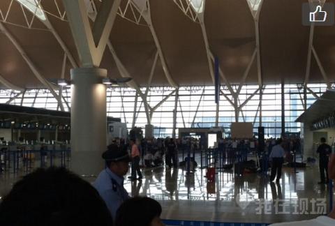上海浦东机场T2航站楼疑似发生爆炸 有伤者被运走