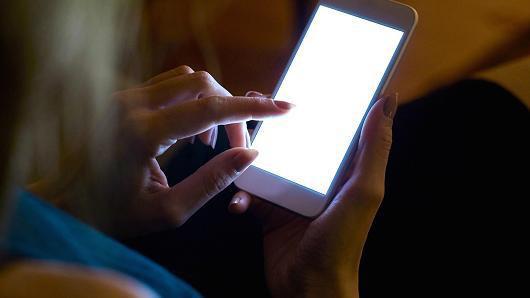 注意!这样玩手机会导致眼睛短暂性失明