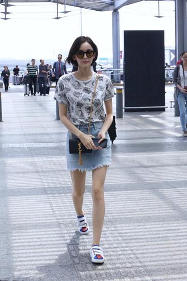 古力娜扎穿衣搭配示范 毛边牛仔短裙配T清新又时尚