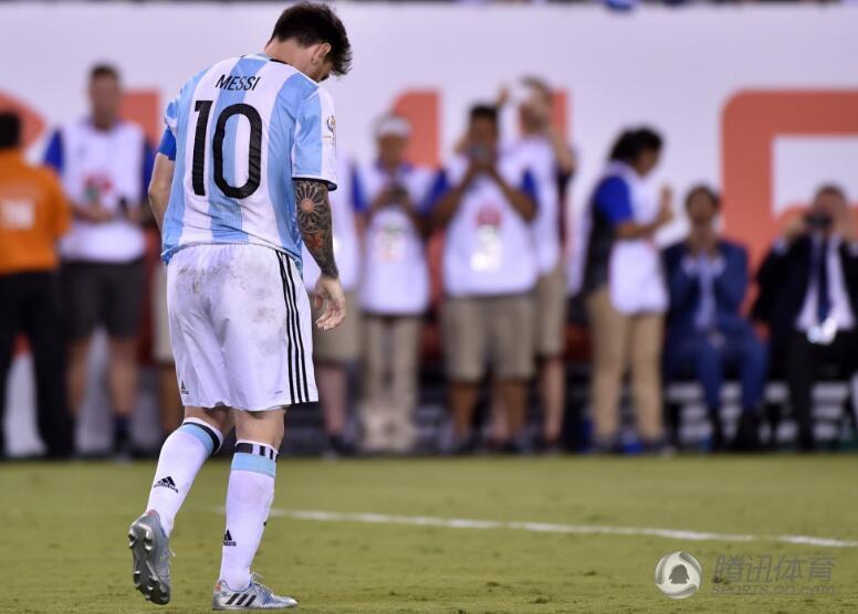梅西踢飞点球绝望跪地 强忍泪水让人心碎