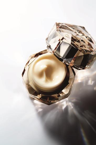 肌肤之钥化妆品品牌推出第七代金致乳霜