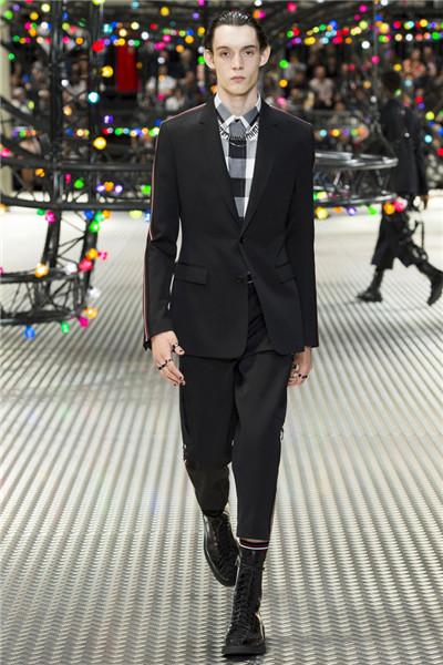 Dior Homme于巴黎时装周发布2017春夏男装系列