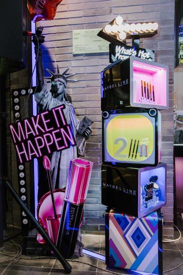 美宝莲纽约于北京五彩城购物中心开设首家形象店