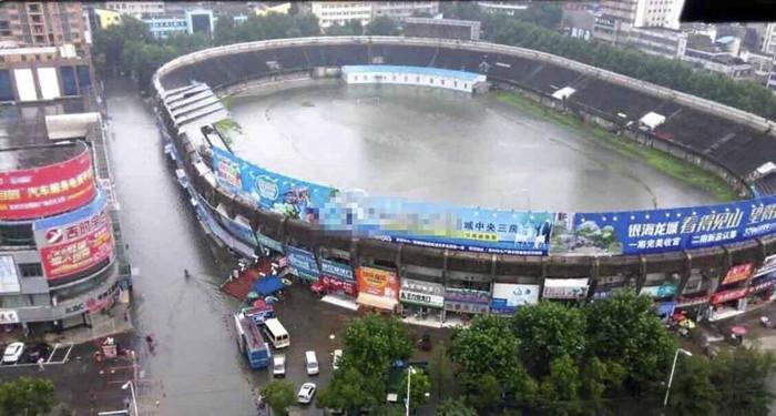 体育场秒变游泳池 暴雨后车险如何理赔?